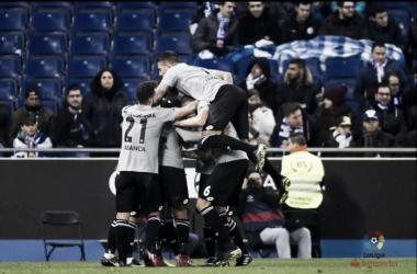 Los jugadores del Deportivo celebran el tanto de Celso Borges. Fuente: La Liga.