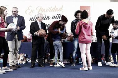 Los jugadores entregando los regalos | Foto: Realmadrid.com