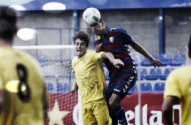 Diego Jiménez golpeando el balón con la cabeza (Foto: Marc Martí)