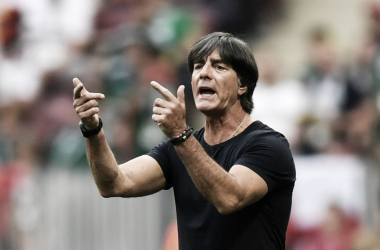 Joachim Lów dando indicaciones durante el partido ante México / FOTO: @DFB_Team_ES