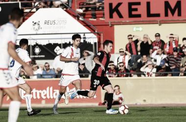 Adrián Guerrero disputando un balón frente a su rival. / Foto: CF Reus