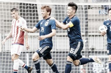Takashi Inui celebrando uno de los goles con sus compañeros. | FOTO: Fútbol Red