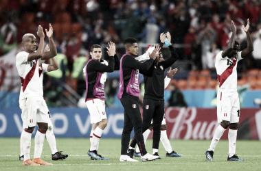 Jugadores de Perú reconociendo el apoyo de sus hinchas tras la eliminación / FOTO: @SeleccionPeru