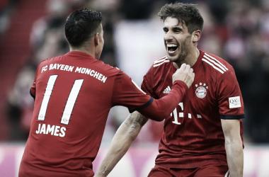 O assistente James comemorando com o goleador do jogo Javi Martínez (Foto: Divulgação / Bayern de Munique)