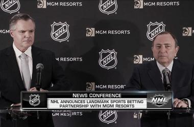 Murren y Bettman en la rueda de prensa posterior a la firma - NHL.com