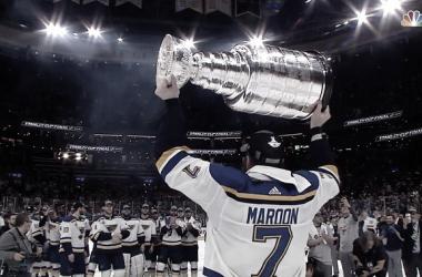 Pat Maroon levantando la Stanley Cup - larrybrownsports.com