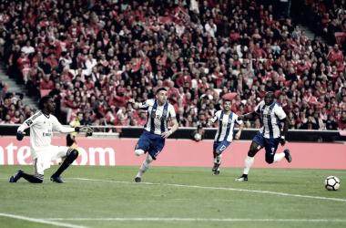 Herrera, Aboubakar y Corona corren para celebrar el gol de la victoria ante un Bruno Varela impotente y arrodillado.