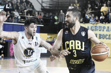 Martín Osimani mantiene la posesión de la pelota ante la marca de Jonathan Maldonado. Foto: LNB Contenidos.