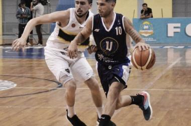 Javier Maldonado traslado el balón ante la marca de Lucas Gargallo. Foto: Prensa de La Unión de Formosa
