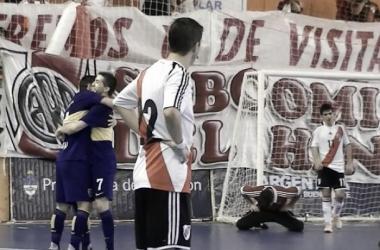 Corso festeja su gol con González, Gómez y Bresciani lo sufren (Foto: A Dos Toques)