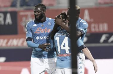 Napoli se recupera no calcio com vitória simples sobre Bologna e volta à briga pelo topo