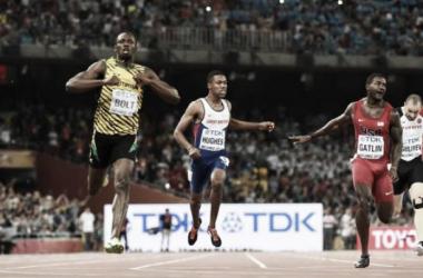 Usain Bolt (à gauche), seul au monde, devance Justin Gatlin (à droite) sur le 200 m des Mondiaux de Pékin [AFP]