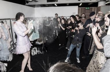 Uno de los momentos en el backstage de la Semana de la Moda de Londres en febrero de 2019 / Fuente: LONDON FASHION WEEK
