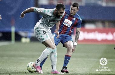 Borja Iglesias protege el balón ante Sergi Enrich.Foto: LaLiga Santander.