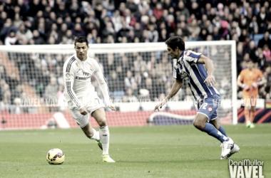 Cristiano Ronaldo y Celso Borges, en una disputa por el balón. En un encuentro entre el Real Madrid y el Deportivo en el Santiago Bernabéu, el 14 de febrero de 2015 | Fotografía: Dani Mullor (VAVEL)