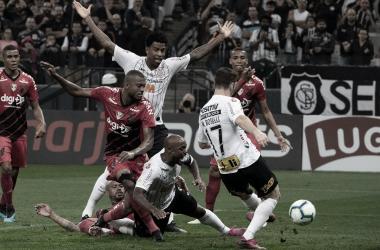 Corinthians e Athletico-PR fazem jogo aberto e movimentado, mas ficam no empate