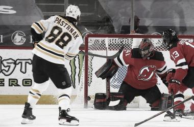 Los Bruins se imponen a los Devils para reclamar su puesto en los playoff | Foto: Andy Marlin NHLI via Getty Images