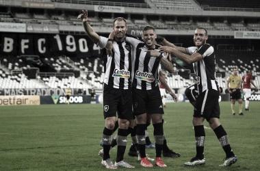 """Enderson Moreira elogia Carli em volta do zagueiro ao Botafogo: """"Referência dentro e fora de campo"""""""