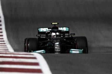 Valatteri Bottas encarando la subida de final de recta de meta. / Fuente: F1