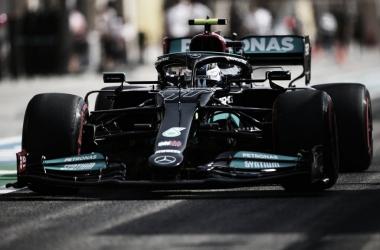Valtteri Bottas pilotando el Mercedes en la temporada 2021