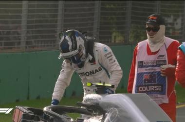 Valtteri Bottas esce dalla vettura dopo l'incidente in Q3 (twitter - @F1)