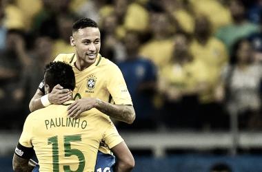 Neymar y Paulinho celebrando un gol con la selección brasileña. / Fuente: FIFA.