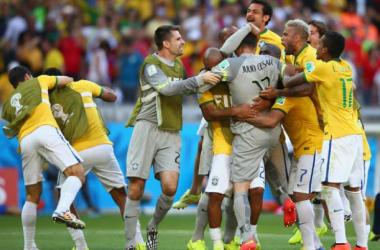Brasil festeja la clasificación a cuartos, donde enfrentará al ganador del duelo entre Colombia y Uruguay. (FOTO: www.zimbio.com)