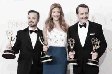 Los protagonistas de 'Breaking Bad', con sus Emmy (Foto: El País)