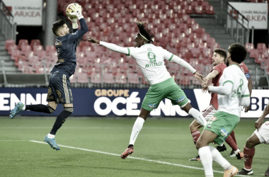 Brest goleia Saint-Étienne no primeiro tempo e amplia má fase dos verdes
