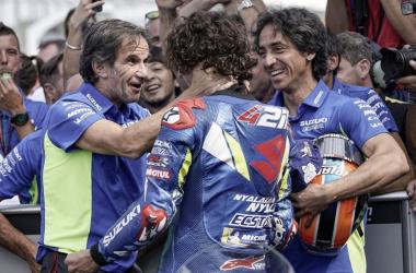 Brivio, con el piloto estrella del equipo, en el parque cerrado. Imagen: MotoGP