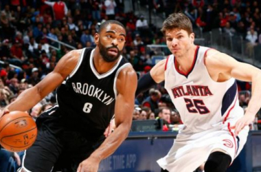 ATLANTA, GA - JANUARY 28: Alan Anderson #6 of the Brooklyn Nets drives against Kyle Korver #26 of the Atlanta Hawks at Philips Arena on January28, 2015 in Atlanta, Georgia. NOTE TO USER: User expressly acknowledges and agrees that, by down