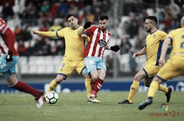 Dorca disputa un balón ante el Lugo la temporada pasada | LaLiga 1|2|3