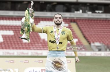A TODOS LADOS. Buendía, recientemente ascendido a la Premier League con el Norwich City, posa con la bandera de Argentina. Foto. Getty images