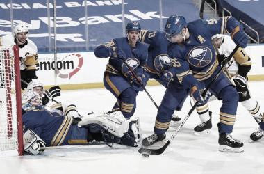 La derrota frente a los Pens deja a los Sabres fuera de competición | Foto: Bill Wippert/NHLI via Getty Images
