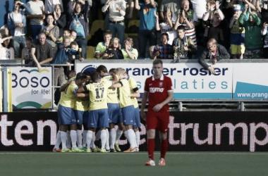 Jogadores do Cambuur ao fundo comemoram o gol marcado (Foto: Reprodução/Twitter)
