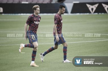 De Jong y Busquets, calentando en el Camp Nou. Foto: Noelia Déniz.