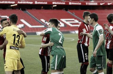 Bustinza se reencontró con sus compañeros del filial en su visita a San Mamés | Foto: Athletic