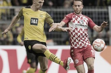 Disputa por el balón entre Meunier y Ingvartsen | @bvb09