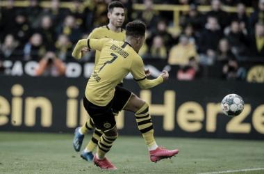 Borussia Dortmund enfrenta dificuldades, mas vence Freiburg em partida truncada