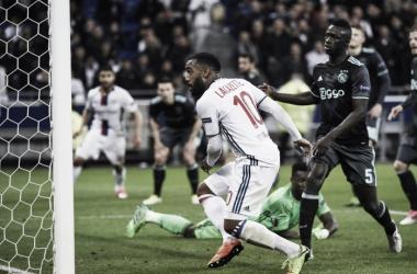 Alexander Lacazette (10) hizo dos goles para el Lyon. (Foto: @EuropaLeague)