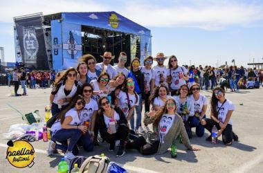 Universitarios disfrutando de la bienvenida | Foto: Paellas Festival