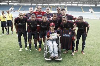 Equipo titular de Monagas SC con un aficionado / Foto: Prensa Monagas SC