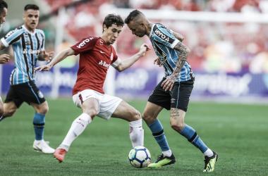 Rodrigo Dourado em disputa com Luan, pelo Campeonato Brasileiro de 2018 (Foto: Lucas Uebel/Grêmio)