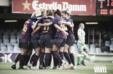 Las jugadoras del Barcelona Femenino celebrando el 1-0 ante el Betis | Foto: Noelia Déniz (Vavel)