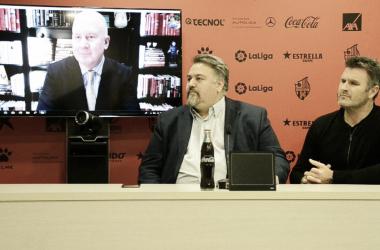 Platt y los hermanos Onolfo y Onalfo en la sala de prensa del Estadi Municipal de Reus | Foto: CF Reus