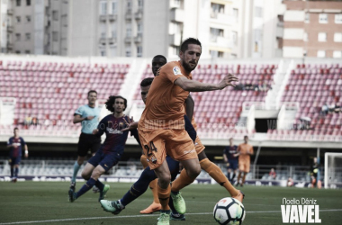 Jorge Miramón disputando un balón ante el FC Barcelona B | Foto: Noelia Déniz (Vavel)