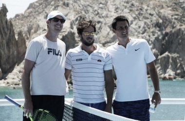 Sam Querrey (L), Feliciano Lopez and Bernard Tomic (R) pose for photographs in front of the arch of Cabo San Lucas. Photo: VAVEL USA