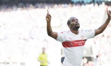 Cacau volta a marcar, Stuttgart vence Schalke 04 e se afasta da zona da 'degola'
