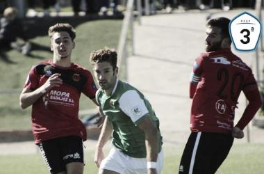 Lusimi rodeado de dos rivales en una acción del encuentro. Foto: Club Polideportivo Cacereño