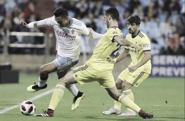 Kecojevic disputando un balón con Medina